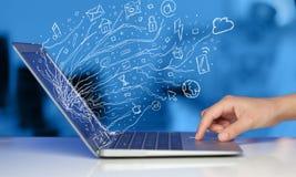 Sirva presionar el ordenador portátil del cuaderno con el sym de la nube del icono del garabato Fotos de archivo libres de regalías