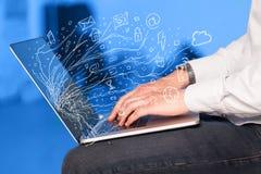 Sirva presionar el ordenador portátil del cuaderno con el sym de la nube del icono del garabato Fotografía de archivo libre de regalías