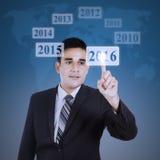 Sirva presionar los números 2016 en la pantalla futurista Imagen de archivo libre de regalías