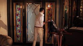 Sirva saca de la suspensión su chaqueta y sale del cuarto