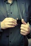 Sirva sacar un frasco de su bolsillo del juego Foto de archivo