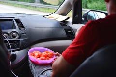 Sirva sentarse en coche foto de archivo