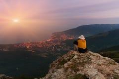 Sirva sentarse en el borde de un acantilado Imagen de archivo libre de regalías