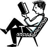 Sirva sentarse en la silla y la lectura del libro Foto de archivo libre de regalías