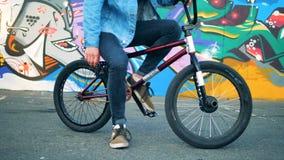 Sirva sentarse en una bici de BMX en un skatepark 4K almacen de video