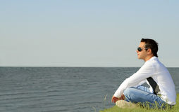 Sirva sentarse solamente y la mirada al mar Fotografía de archivo libre de regalías