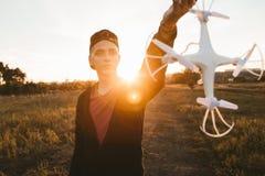 Sirva sostener el abejón para el propulsor, llamarada de la puesta del sol Foto de archivo libre de regalías