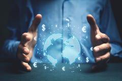 Sirva sostener el globo con símbolos del dólar y del euro Concepto de globa Imagenes de archivo