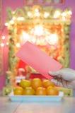 Sirva sostener el sobre rojo en festival chino del Año Nuevo Imágenes de archivo libres de regalías