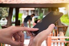 Sirva sostener el teléfono elegante móvil en diversos lugares Fotografía de archivo