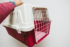 Sirva sostener la jaula animal para los perros del gato de los animales domésticos Foto de archivo libre de regalías