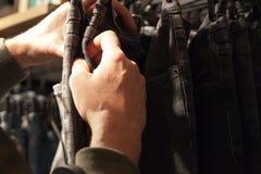 Sirva sostener la ropa en una tienda durante compras imagen de archivo
