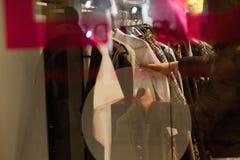 Sirva sostener la ropa en una tienda durante compras Imagen de archivo libre de regalías