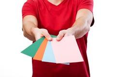 Sirva sostener las tarjetas coloridas para su propio texto Imagenes de archivo