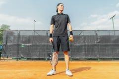 Sirva sostener pelotas de tenis y la estafa mientras que se relaja después del torneo foto de archivo libre de regalías