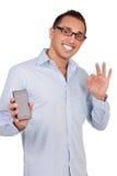 Sirva sostener un móvil que da un gesto perfecto fotografía de archivo