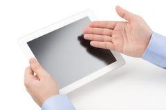 Sirva sostener un ordenador de la tableta y la dirección con o Fotos de archivo libres de regalías