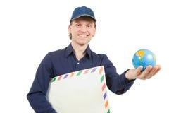Sirva sostener un sobre y un pequeño globo Fotos de archivo libres de regalías
