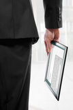 Sirva sostener una PC del touchpad con un emai Foto de archivo libre de regalías