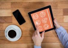Sirva sostener una tableta con los iconos del viaje en la pantalla Imagen de archivo libre de regalías