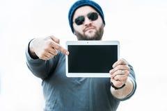 Sirva sostener una tableta y señalar en la pantalla - baclground blanco Foto de archivo