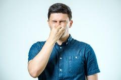 Sirva sostenerse la nariz contra un mún olor fotos de archivo libres de regalías