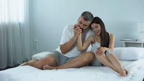 Sirva suavemente besar la mano de su esposa hermosa, atracción, relaciones sanas metrajes