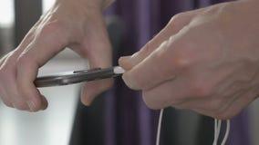 Sirva tapar en alambre al conector de auriculares en un smartphone metrajes
