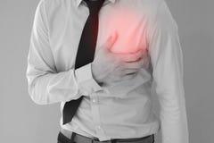Sirva tener corazón-ataque/dolor de pecho en fondo fotografía de archivo