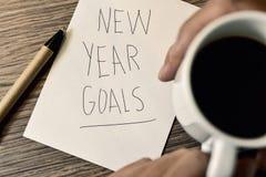 Sirva tener metas del Año Nuevo de un café y del texto Imágenes de archivo libres de regalías