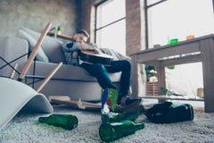 Sirva tener resaca después del partido de macho, el dormir, sosteniendo la guitarra, Foto de archivo libre de regalías