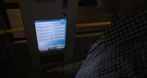 Sirva tomar el boleto de la máquina en el autobús almacen de video