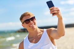 Sirva tomar el selfie por smartphone en la playa del verano Fotos de archivo libres de regalías