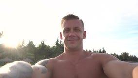 Sirva tomar el selfie usando el teléfono en la playa que sonríe, disfrutando de vacaciones metrajes