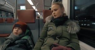 Sirva tomar el vídeo del niño con la madre que viaja en tren almacen de metraje de vídeo