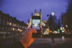 Sirva tomar la foto en el teléfono móvil del smartphone de la cátedra del baño Imágenes de archivo libres de regalías