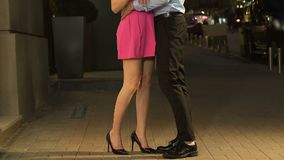 Sirva tomar a la novia a mano y el abrazo en fecha de la calle de la noche la primera, afecto almacen de video
