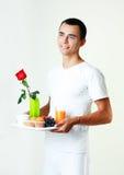 Hombre que trae el desayuno Imagen de archivo