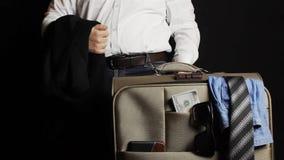 Sirva traer una maleta del viaje con el dinero y la ropa metrajes