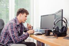 Sirva usando la tableta de gráficos para trabajar en oficina foto de archivo