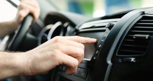 Sirva usando sistema de navegación de los Gps en coche para viajar Imágenes de archivo libres de regalías