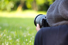 Sirva usando una cámara profesional 2 imágenes de archivo libres de regalías