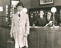 Sirve el bigote falso levemente oblicuo fotos de archivo