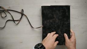 Sirve el cuaderno hecho a mano abierto a4 de las manos con la cubierta de cuero real almacen de video