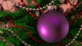 Sirve la mano que adorna el árbol de navidad Cierre para arriba almacen de metraje de vídeo