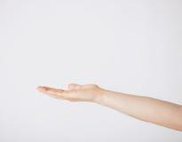 Sirve la mano que muestra algo Imágenes de archivo libres de regalías