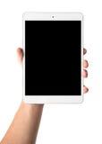 Sirve la mano que sostiene la tableta blanca con la pantalla negra en blanco Foto de archivo