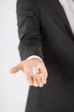 Sirve la mano que sostiene los dados blancos del casino imágenes de archivo libres de regalías