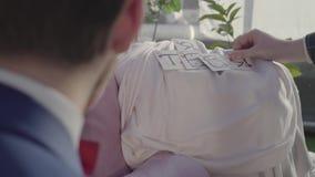 Sirve las manos que muestran tarjetas con las letras que conectan la combinación de la palabra te quiero metrajes