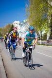 Sirve paseos del ciclista del atleta en la bici del camino Imagen de archivo